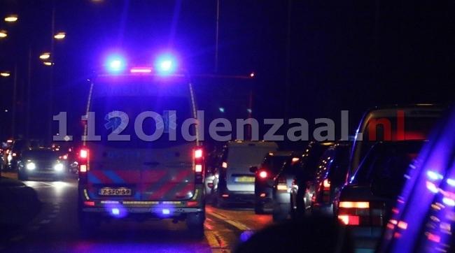 Bestuurder bestelbus slaat hulpverleners na ongeval in Enschede