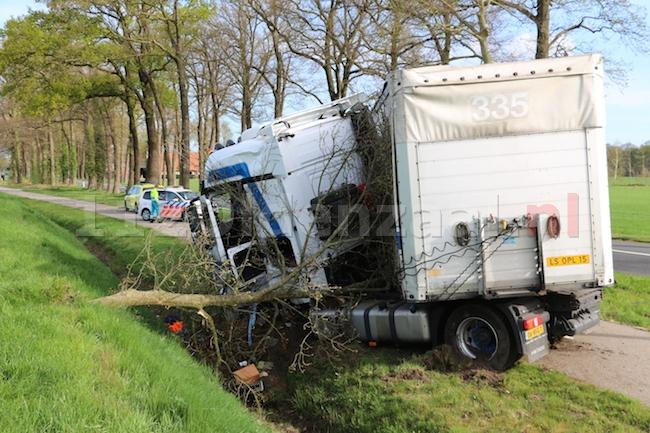 Foto 2: Vrachtwagen raakt van de weg en ramt boom in Ootmarsum