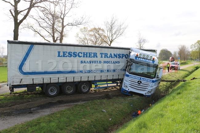 VIDEO: Vrachtwagen raakt van de weg en ramt boom in Ootmarsum, chauffeur raakt gewond