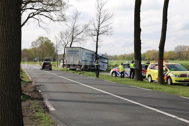 Foto 3: Vrachtwagen raakt van de weg en ramt boom in Ootmarsum