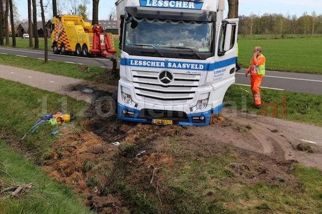 UPDATE (foto's) Vrachtwagen raakt van de weg en ramt boom in Ootmarsum, chauffeur raakt gewond