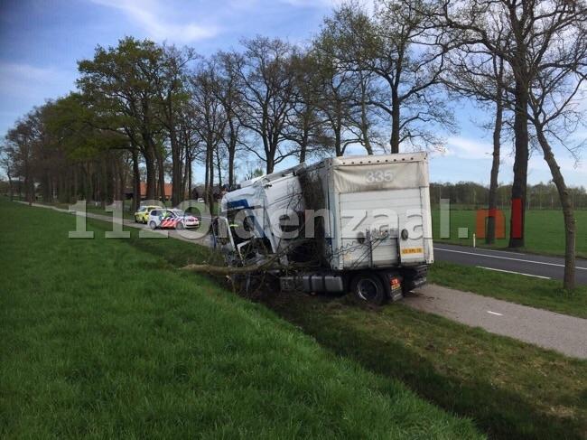 Vrachtwagen raakt van de weg en ramt boom in Ootmarsum