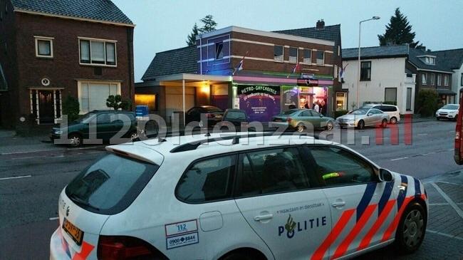 Foto 2: Overval op videotheek Haaksbergerstraat Enschede, politie doet onderzoek