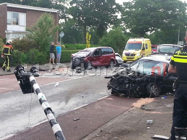 foto en video: Vier gewonden en grote ravage na aanrijding in Enschede