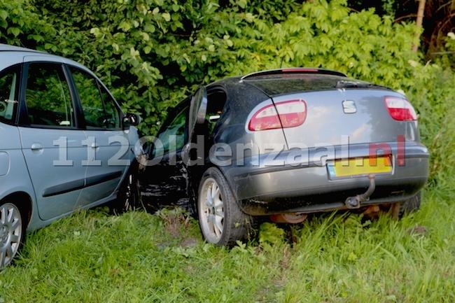 foto 2: Auto's belanden in sloot na aanrijding N343 Jan van Arkelweg in Reutum