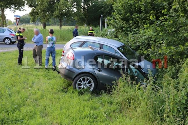 foto 3: Auto's belanden in sloot na aanrijding N343 Jan van Arkelweg in Reutum