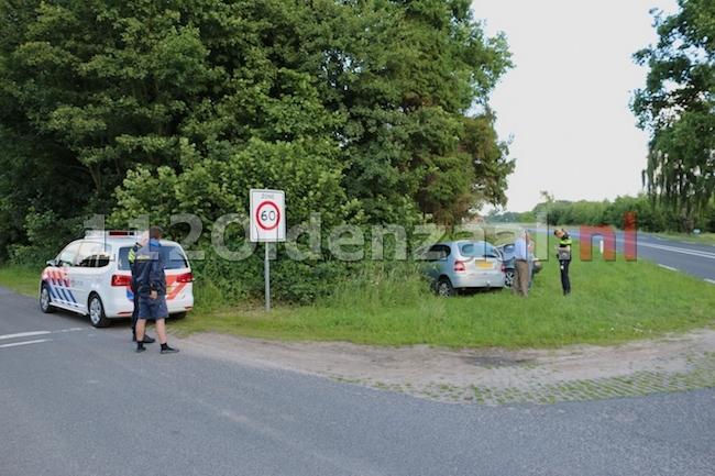 Auto's belanden in sloot na aanrijding N343 Jan van Arkelweg in Reutum