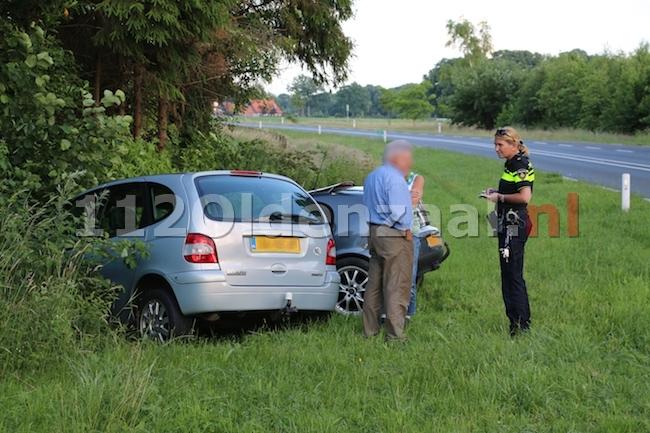 foto 4: Auto's belanden in sloot na aanrijding N343 Jan van Arkelweg in Reutum