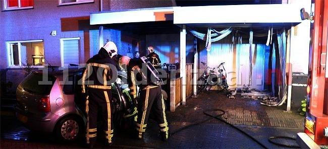 foto's en video: Auto en carport verwoest bij brand in Enschede, woningen lopen schade op