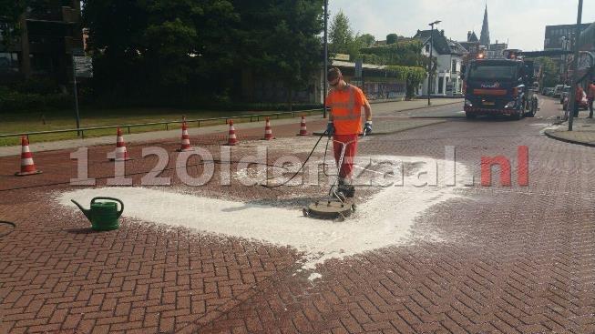 Kraan met olielek veroorzaakt verkeershinder in centrum Enschede, scooterbestuurder onderuit