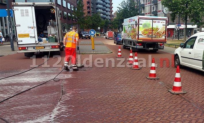 VIDEO: Kraan met olielek veroorzaakt verkeershinder in centrum Enschede, scooterbestuurder onderuit