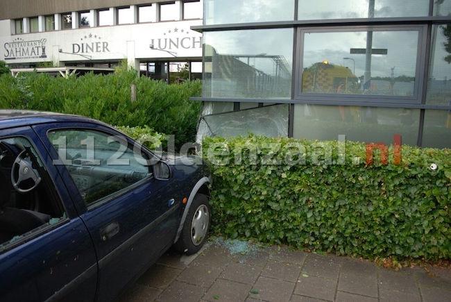 foto en video: Auto ramt gevel bedrijfsverzamelgebouw Wethouder Beversstraat Enschede