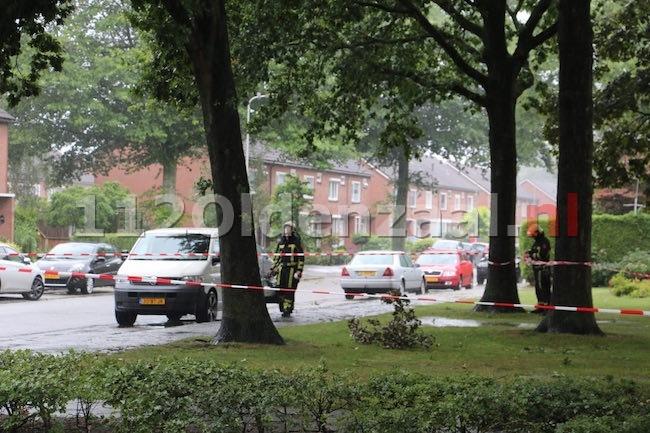 foto 2: Brandweer zet gedeelte plantsoen Toon Borghuisstraat Oldenzaal af wegens gevaar voor vallende takken