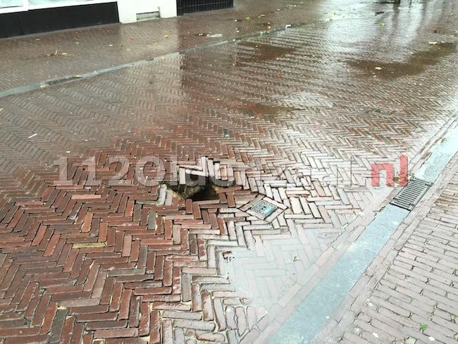 foto 2: Gat in weg Bisschopstraat Oldenzaal zorgt voor gevaarlijke situatie