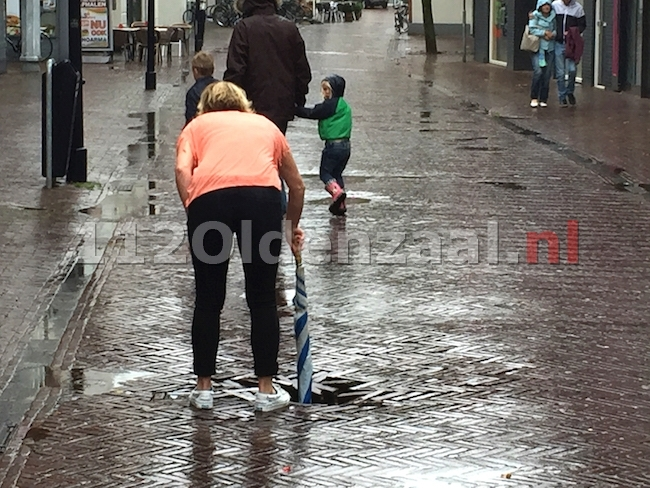 foto 3: Gat in weg Bisschopstraat Oldenzaal zorgt voor gevaarlijke situatie