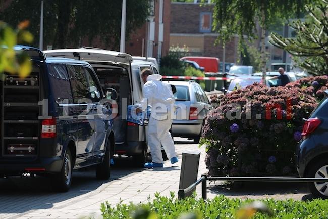 foto: Dode man aangetroffen in auto Enschede, politie doet onderzoek