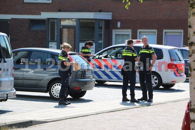 foto 2: Dode man aangetroffen in auto Enschede, politie doet onderzoek