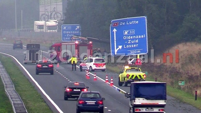 VIDEO: Auto in de berm op de A1 bij Oldenzaal-Zuid, rechter rijstrook afgesloten