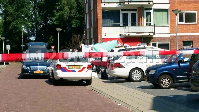 foto 3: Dode man aangetroffen in auto Enschede, politie doet onderzoek