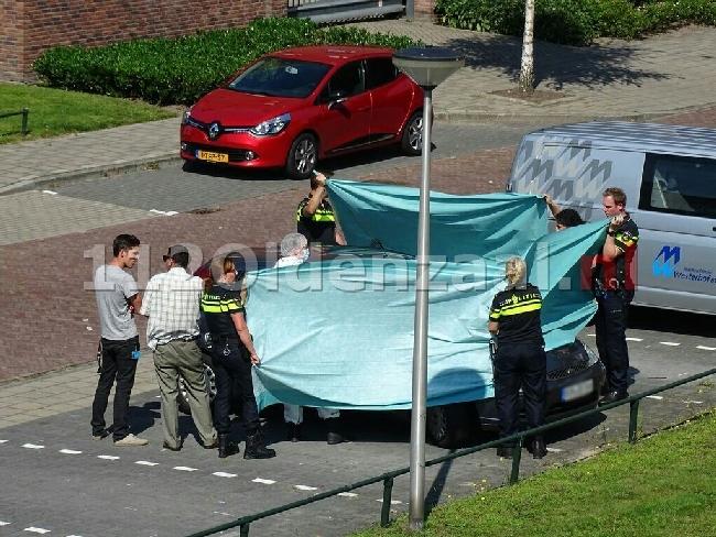video: Dode man aangetroffen in auto Enschede, politie doet onderzoek