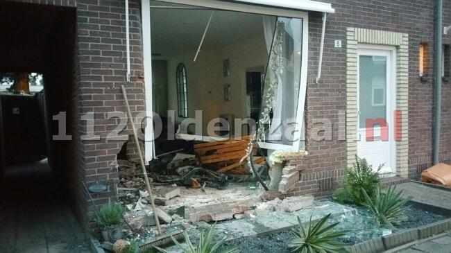 Auto rijdt woning Enschede binnen, ravage is enorm