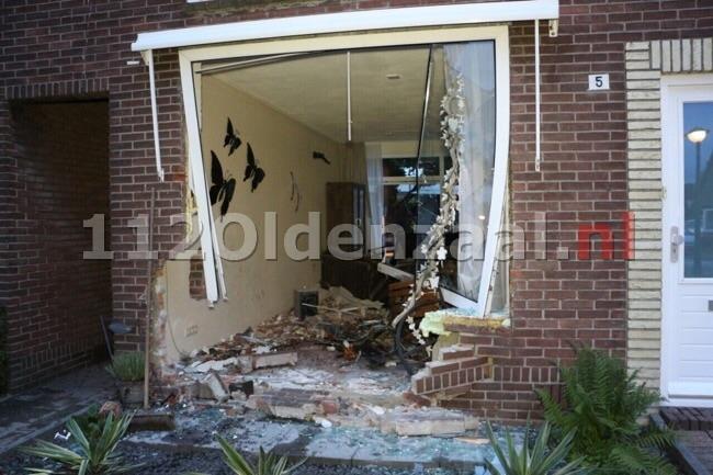 Foto 2: Auto rijdt woning Enschede binnen, ravage is enorm