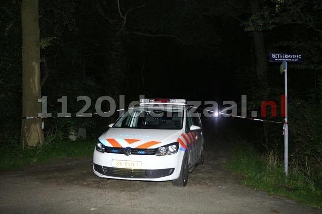 Foto: Nog steeds uitgebreid onderzoek na vondst lichaam in Enschede, politie bewaakt afgezet gebied