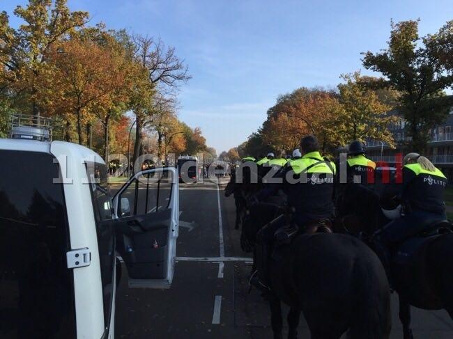 foto en video: Zes aanhoudingen voor onder andere brengen Hitlergroet bij demonstratie in Enschede tegen AZC