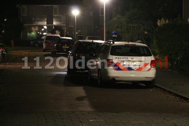Man overvallen voor woning in Enschede, recherche doet ter plaatse onderzoek