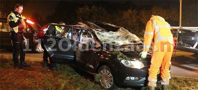 Foto en video: Auto op de kop bij aanrijding in Enschede, twee gewonden