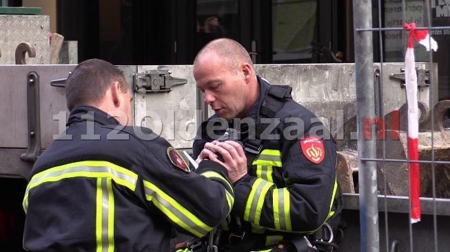 foto 2: Brandweer redt vastzittende duif uit net in centrum van Enschede: