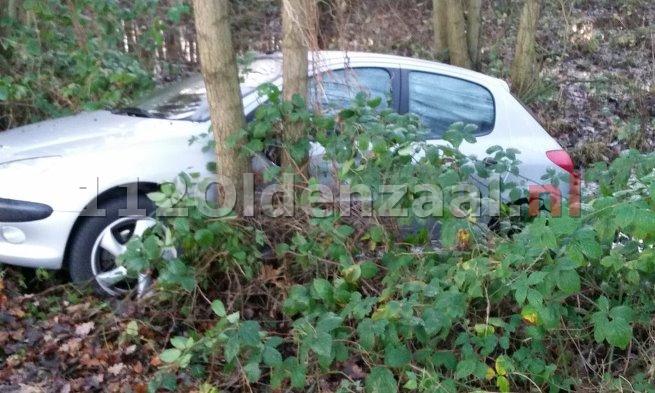 Foto: Automobilist belandt in sloot Saasveld als gevolg van gladheid