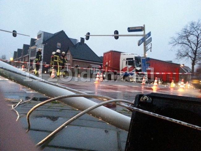 VIDEO: Vrachtwagenchauffeur zwaargewond bij ernstig ongeluk in Enschede
