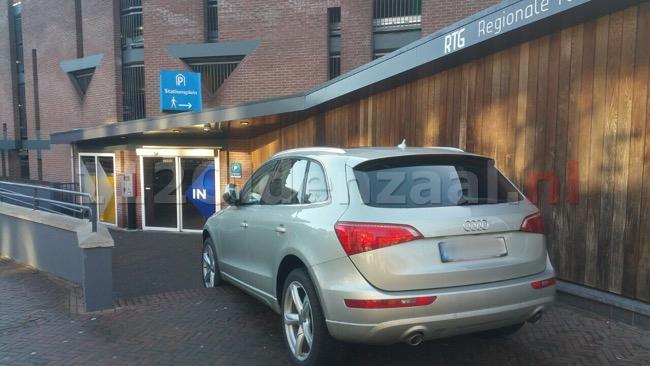 Foto: Auto neemt trap in centrum Enschede