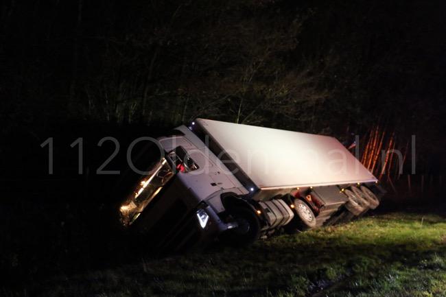 Video: Vrachtwagenchauffeur zwaargewond bij ongeval A1 tussen Oldenzaal en De Lutte