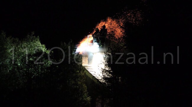 UPDATE: (foto) vlammen zichtbaar bij schoorsteenbrand Denekamp