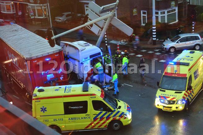 (foto) Vrachtwagen ramt verkeerslicht op de singel in Enschede