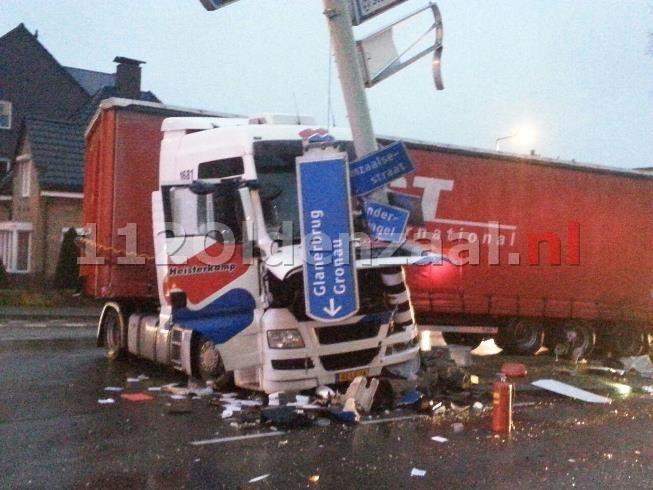 (foto 2) Vrachtwagen ramt verkeerslicht op de singel in Enschede