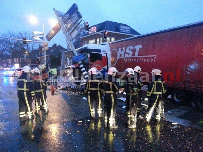 UPDATE: Vrachtwagenchauffeur zwaargewond bij ernstig ongeluk in Enschede
