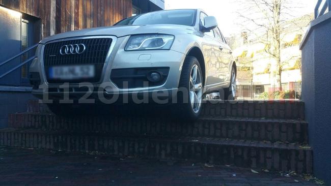 Foto 2: Auto neemt trap in centrum Enschede