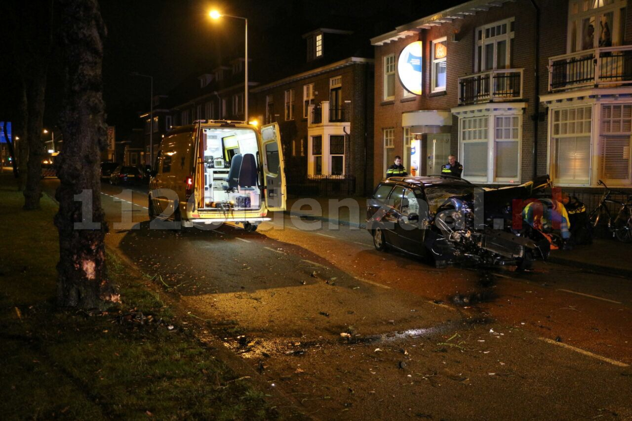 Foto 2: Auto rijdt frontaal tegen boom op Lasondersingel in Enschede, bestuurder gewond