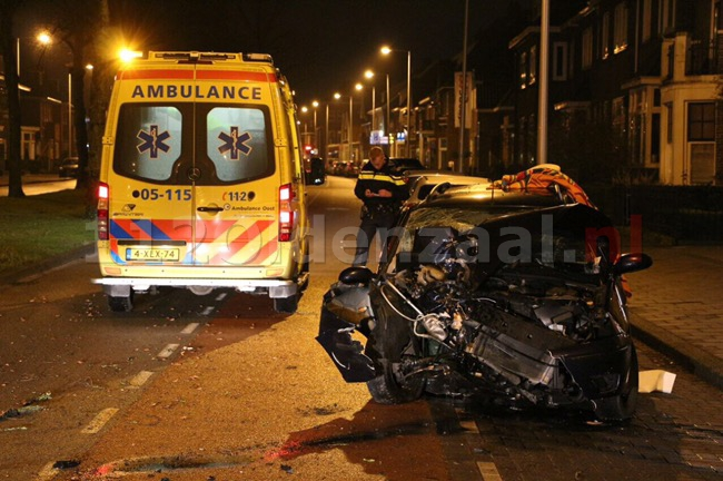 VIDEO: Auto rijdt frontaal tegen boom op Lasondersingel in Enschede, bestuurder gewond