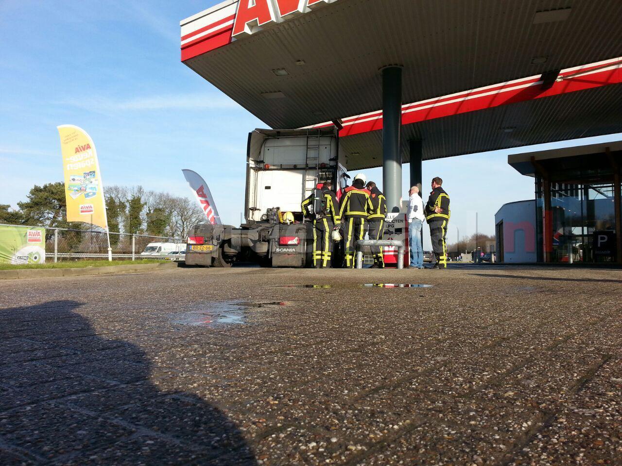 Foto: Vrachtwagen lekt LPG bij tankstation A1 Deurningen, brandweer opgeroepen