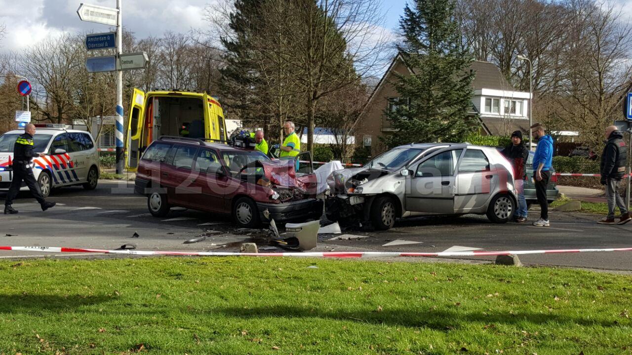 foto: Gewonde bij aanrijding met drie auto's in Hengelo