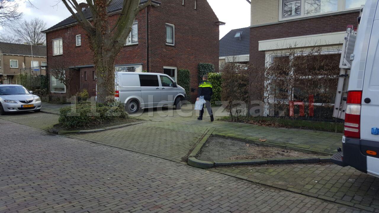 foto: Groot onderzoek door politie bij woning in Hengelo