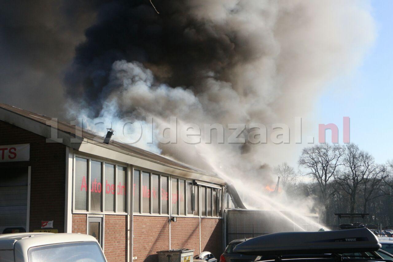 GRIP 1: Explosies bij zeer grote brand autobedrijf in Losser, blijf uit de rook en schakel ventilatie uit