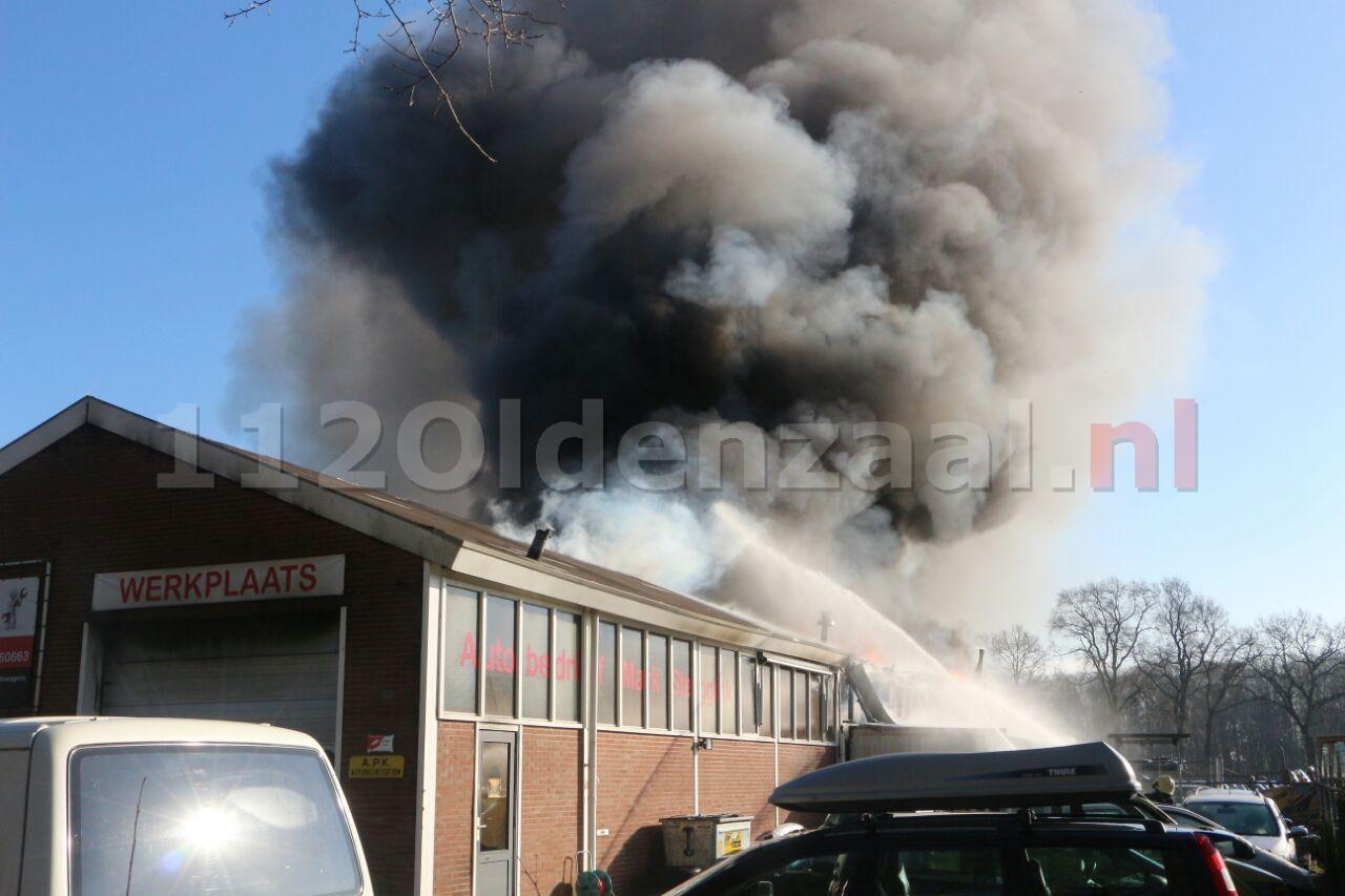 FOTO: Zeer grote brand bij autobedrijf in Losser
