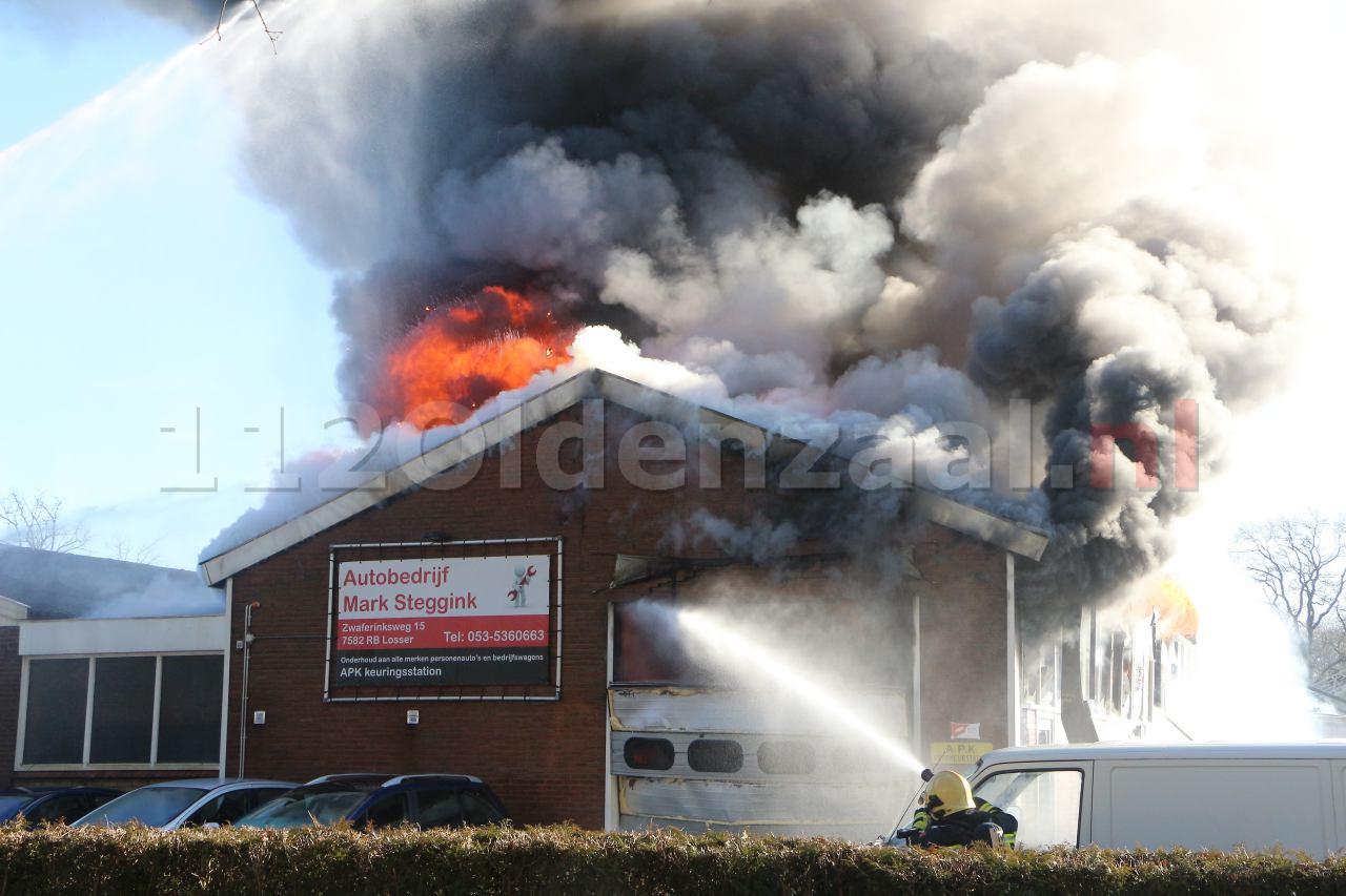 VIDEO: Zeer grote brand bij autobedrijf in Losser