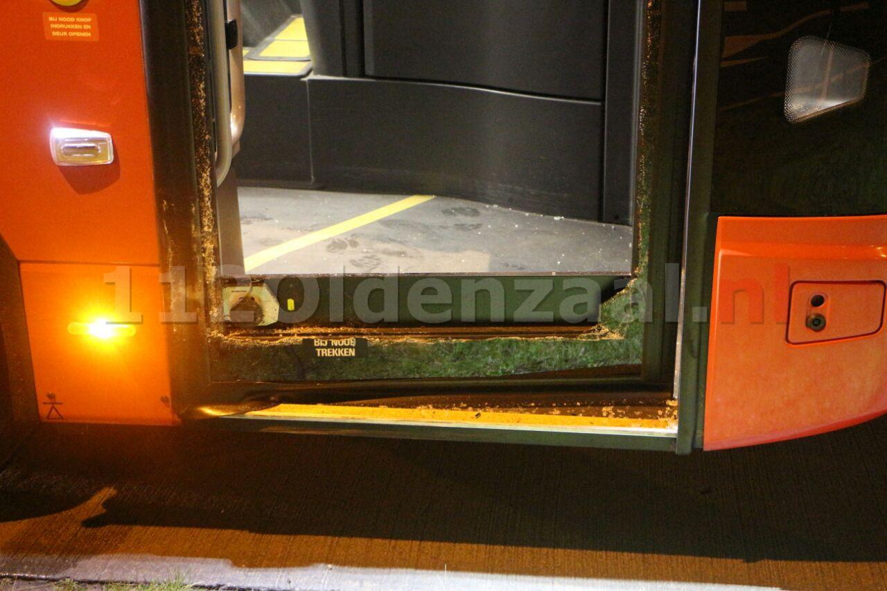 foto: Flinke schade bij aanrijding tussen auto en lijnbus in Enschede