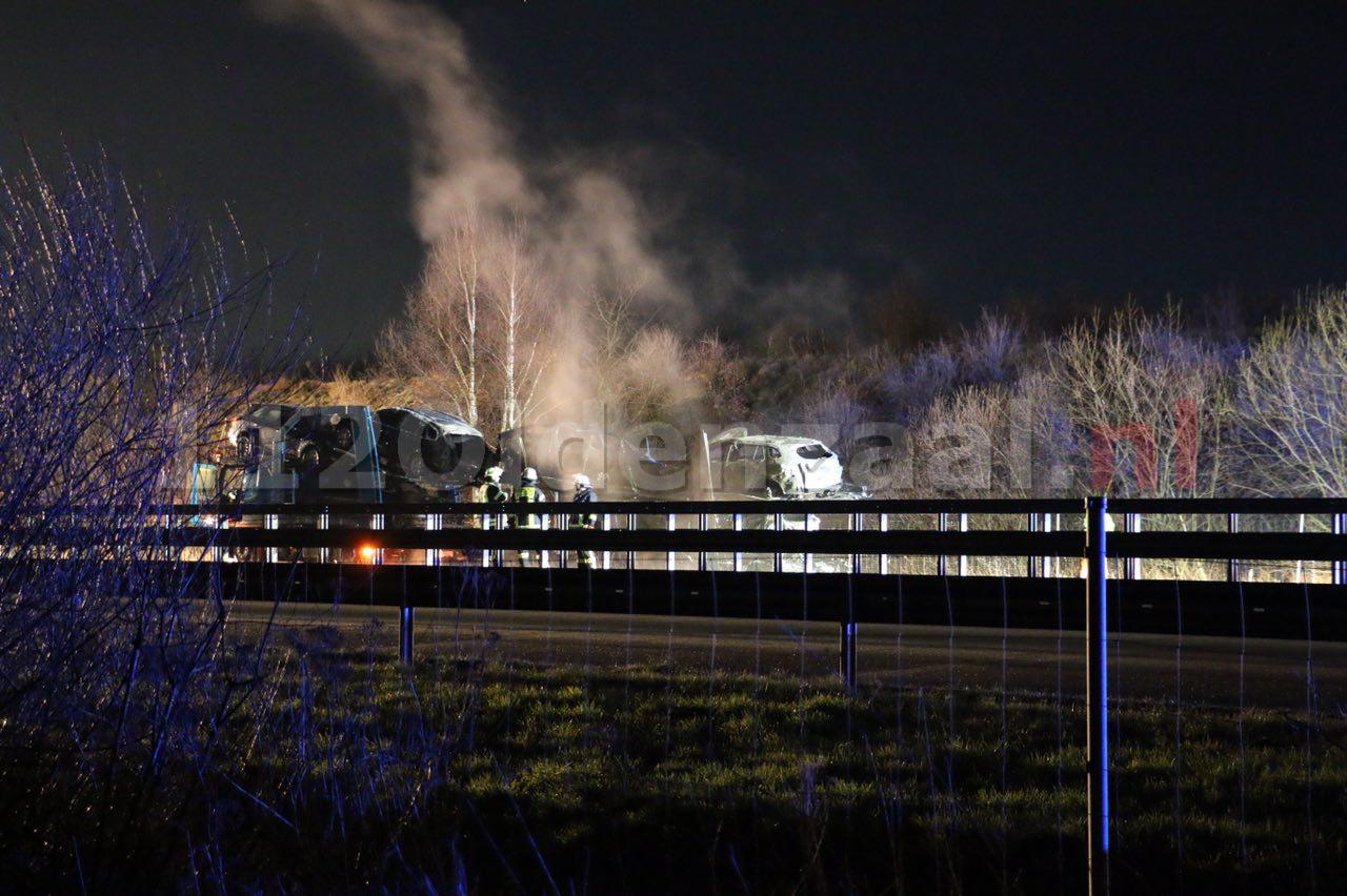 Foto: Trailer met personenauto's volledig uitgebrand over de grens bij De Lutte